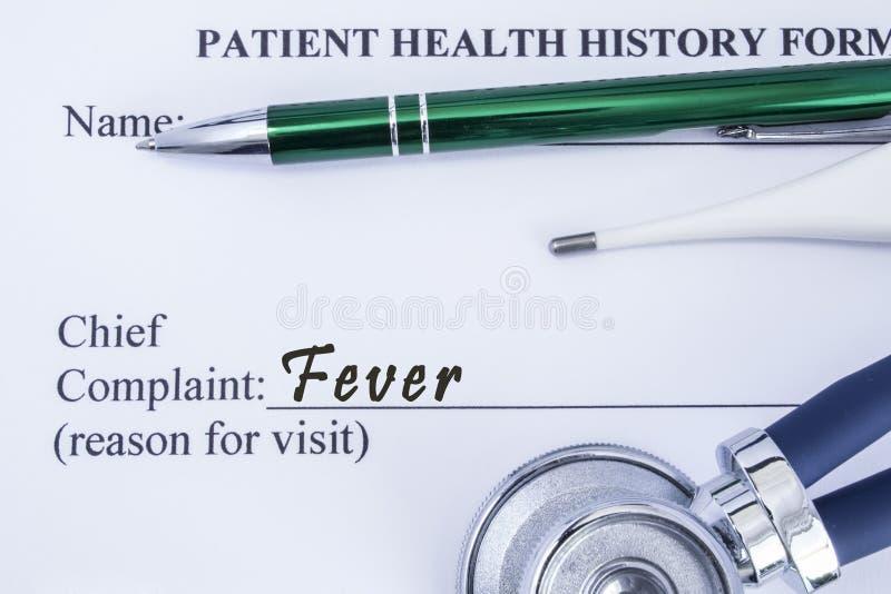 Жалоба лихорадки Бумажная форма истории здоровья, которая написана на жалобе пациентов главной лихорадки, окруженная stethosc стоковое фото