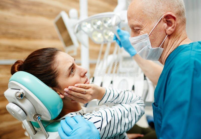 Жаловаться о toothache стоковая фотография rf