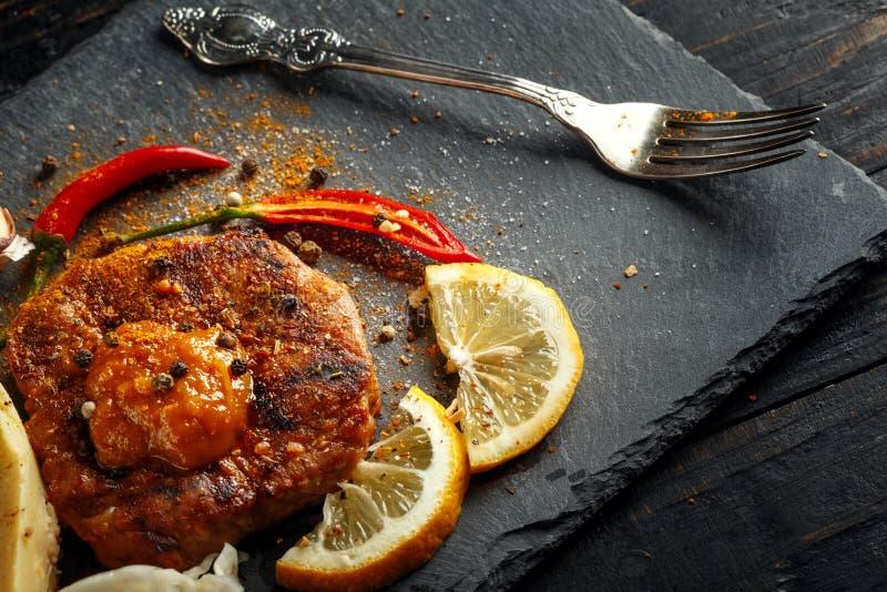 Жалуйтесь стейк с картофельными пюре, специями и соусом стоковая фотография rf