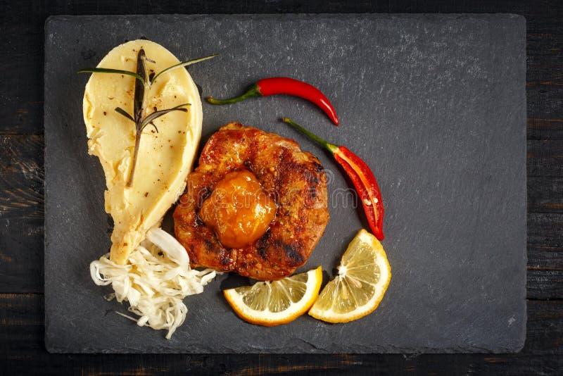 Жалуйтесь стейк с картофельными пюре, специями и соусом стоковое фото rf