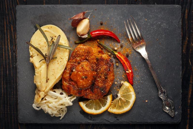 Жалуйтесь стейк с картофельными пюре, специями и соусом стоковая фотография