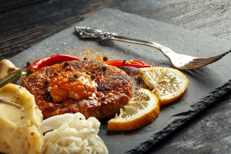 Жалуйтесь стейк с картофельными пюре, специями и соусом стоковое изображение rf