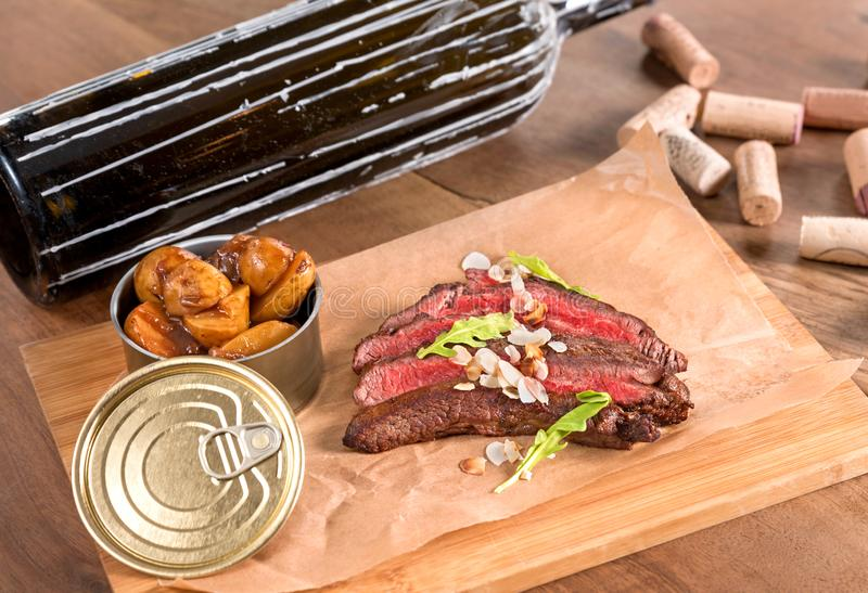 Жалуйтесь стейк фланка с провозглашанными тост миндалинами и картошками шафрана стоковое фото rf