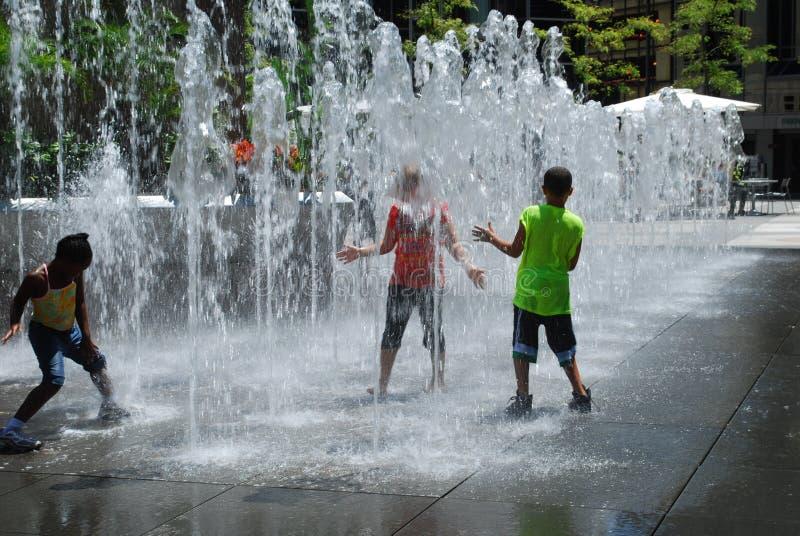 жара фонтана удара ягнится вода стоковые изображения