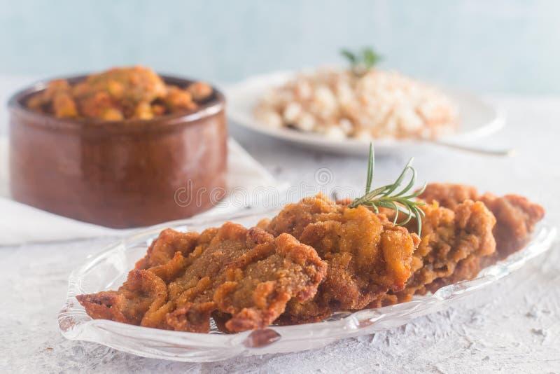 Жареная курица страны с рисом & бамией стоковая фотография rf