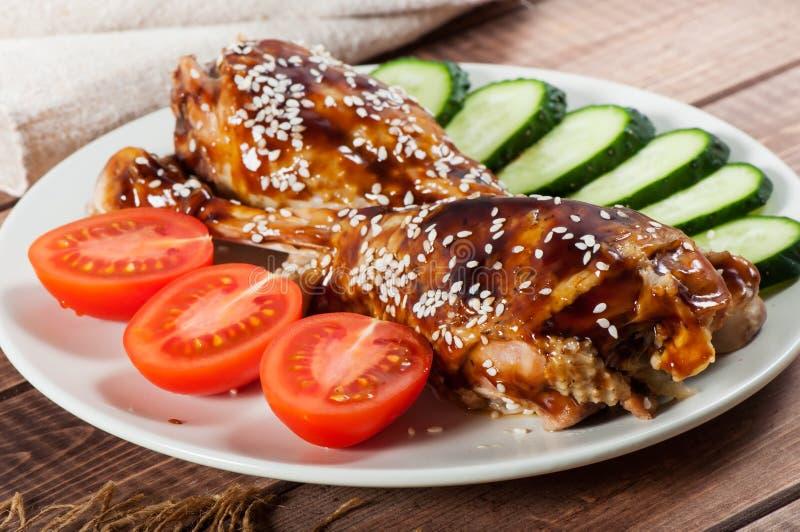 Жареная курица с соусом терияки и овощами на старом деревянном фоне стоковая фотография
