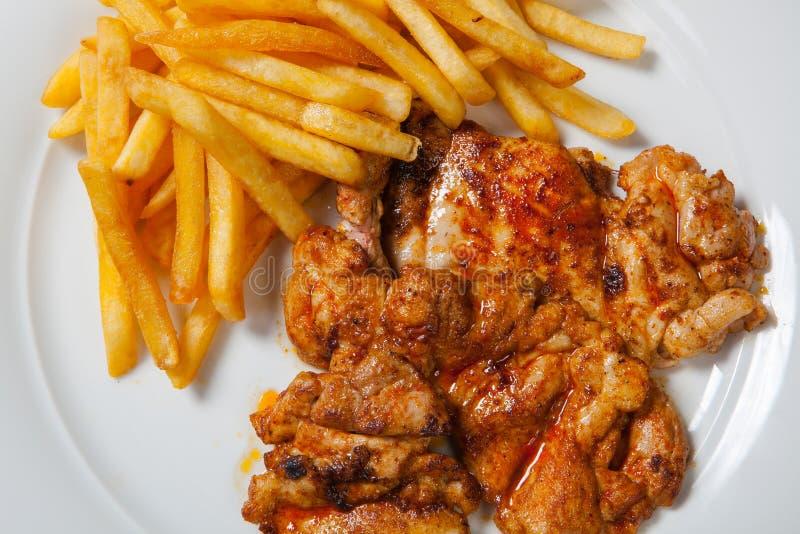 Жареная курица с фраями на белой плите стоковое фото rf