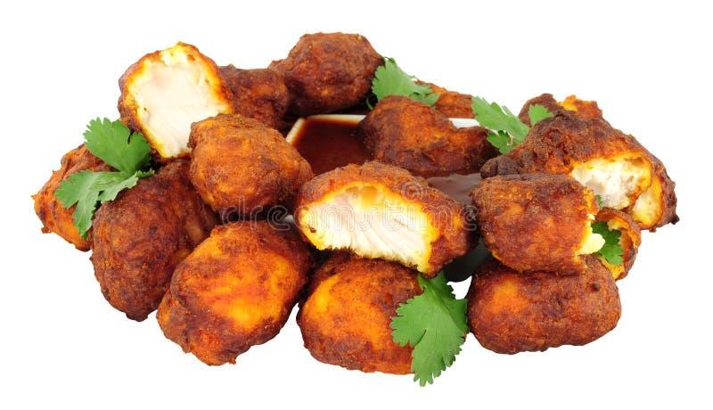 Жареная курица Pakora изолированное на белой предпосылке стоковые изображения