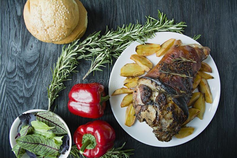 Жареная свинина с картофелем на белой тарелке. Украшенный свежим болга стоковое изображение rf