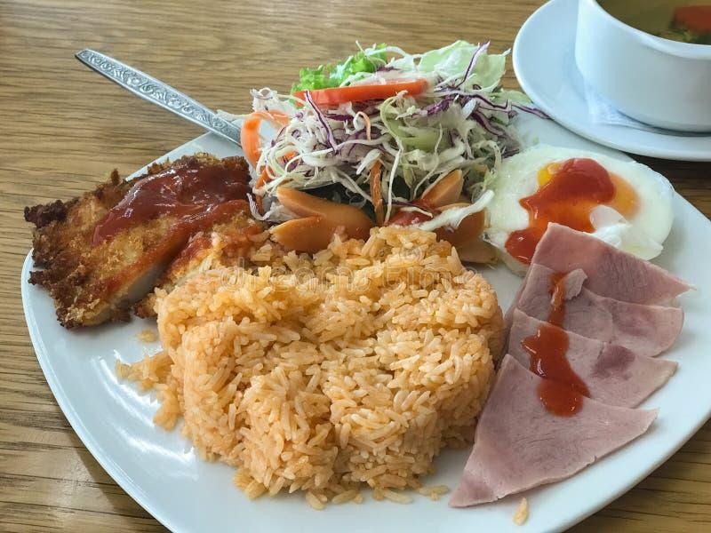 Жареные рисы с ветчиной, салатом, жареной курицей стоковые изображения