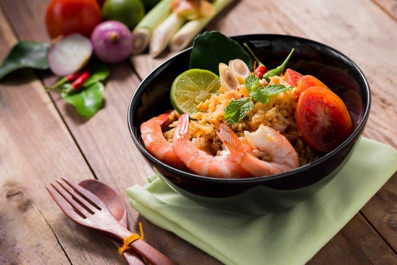 Жареные рисы с креветкой, вкусом Tom yum, популярной тайской едой стоковые фото