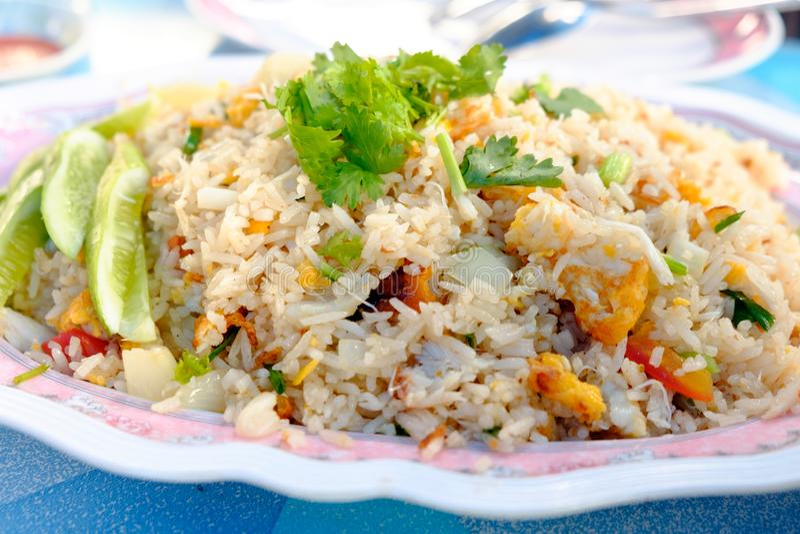 Жареные рисы с мясом, яичками и овощами краба на плите стоковое фото rf