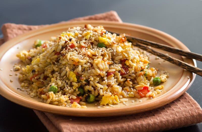 Жареные рисы с овощами и яичницами стоковые фото