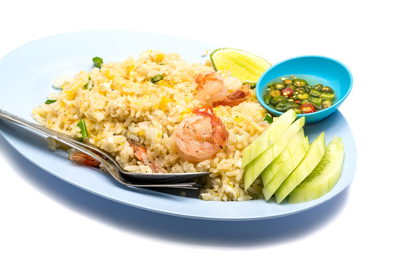 Жареные рисы с яичком, отрезанным sauc огурца, лимона, chili и рыб стоковое изображение rf