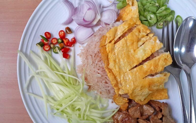 Жареные рисы тайской еды пряные с креветкой стоковое фото rf