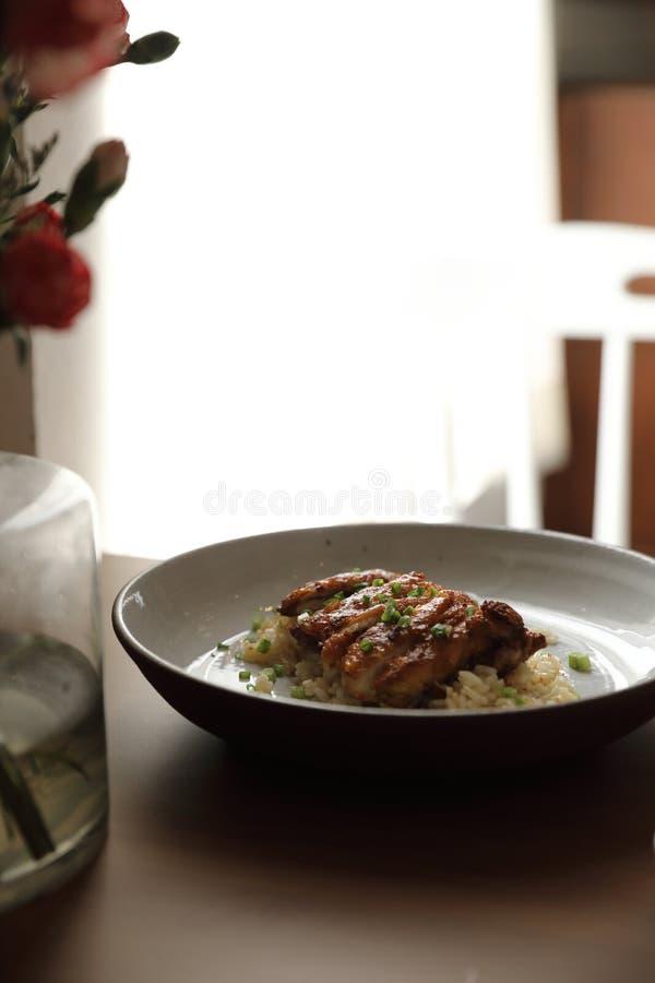 Жареные рисы goreng Nasi с цыпленком на блюде стоковое изображение rf