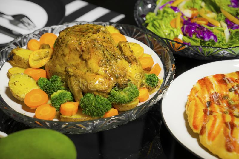Жареный цыпленок и салат, который служат на таблице стоковое фото rf