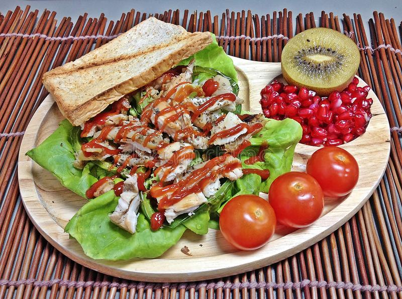 Жареный цыпленок и салат томатов стоковое фото rf