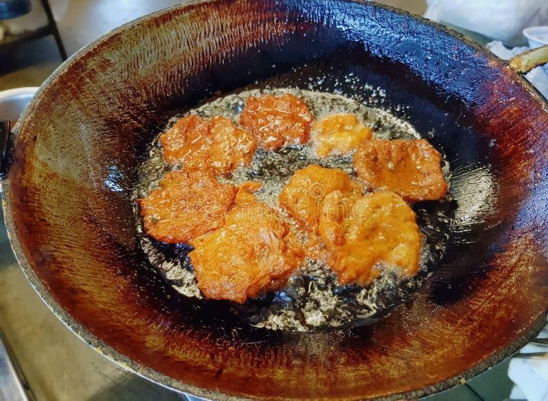 Жарить традиционных тайских травяных смешанных рыб Patty в лотке стоковое изображение