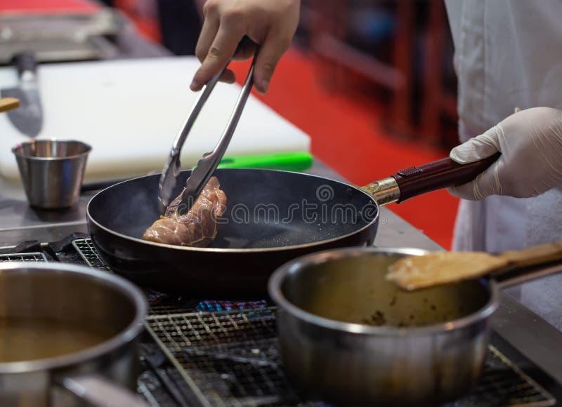 Жарить шеф-повара свернул говядину стоковая фотография