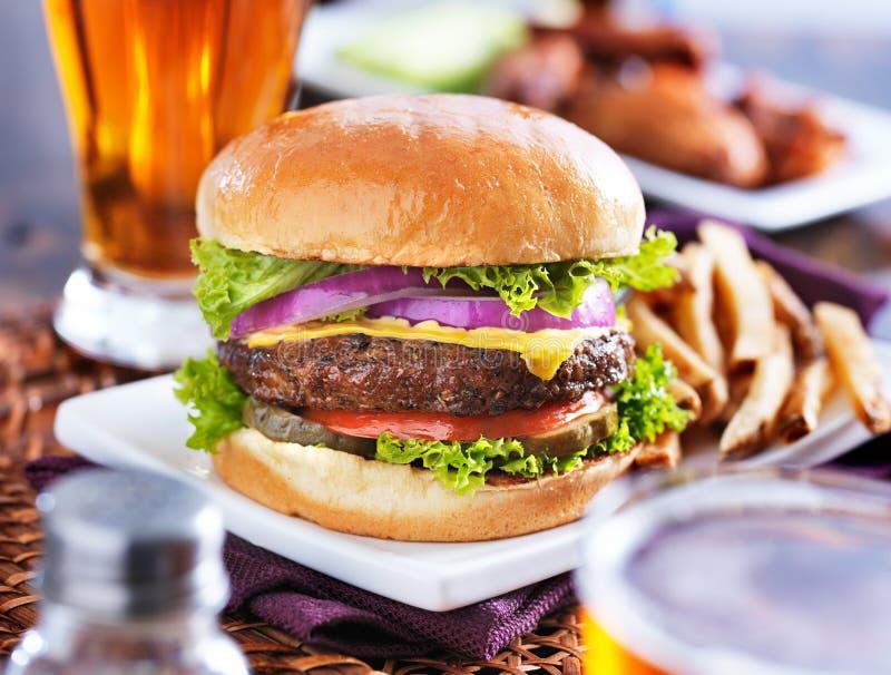 жарит гамбургер стоковая фотография rf
