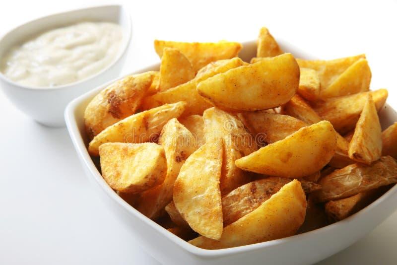 жарит картошку стоковые фото