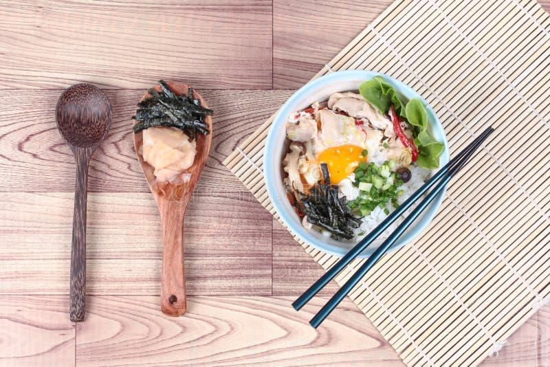 Жасмин рис покрыл мягкие яичка чирея и зажарил свинину в японском стиле стоковые изображения rf