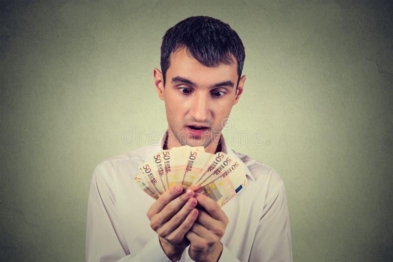Жадный бизнесмен подсчитывая деньги стоковые фотографии rf