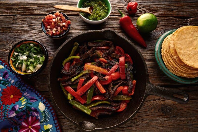 Жалуйтесь fajitas в лотке с едой мексиканца соусов стоковая фотография rf