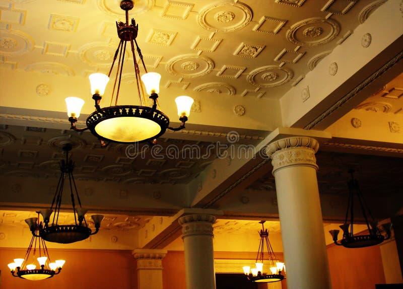 ждать залы потолка авиапорта стоковое изображение rf