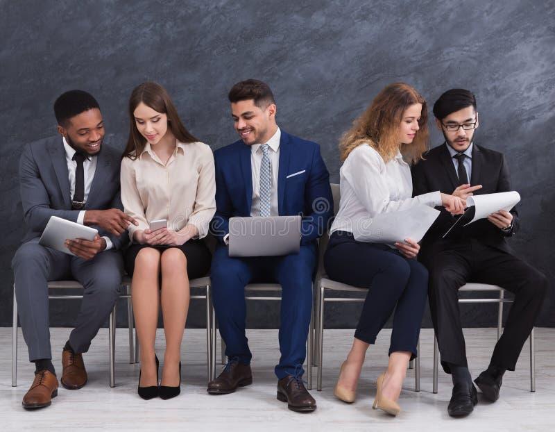 ждать людей работы группового интервью стоковое изображение rf