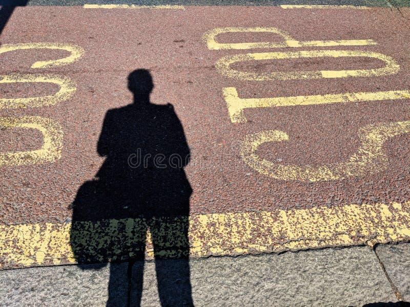Ждать на автобусной остановке стоковое фото rf