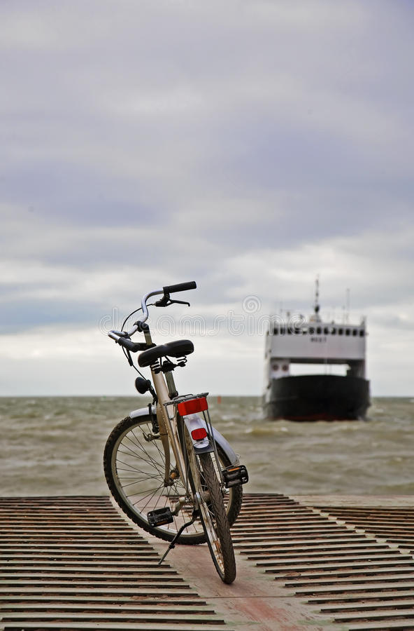 ждать парома шлюпки велосипеда малый стоковое фото rf