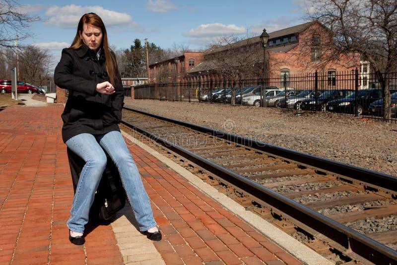 ждать поезда стоковое фото