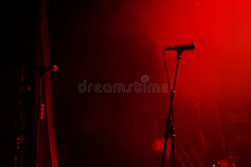 ждать 2 микрофонов стоковые изображения rf