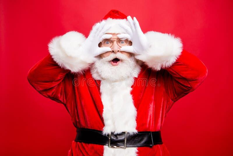 Желание приходит верно! Изумление стильное постаретое Санта в перчатке костюма стоковые фотографии rf