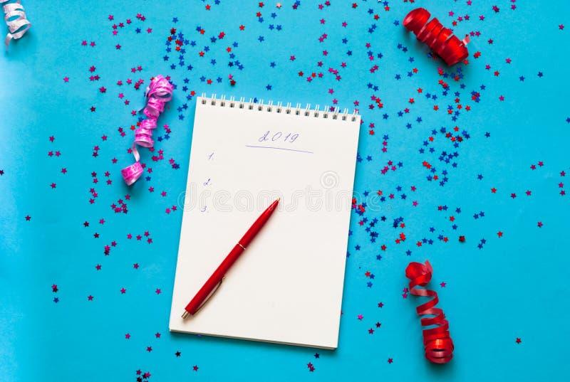 Желания на Новый Год Блокнот на голубой предпосылке со сверкнает запланирование изображения принципиальной схемы 3d представило стоковые фото
