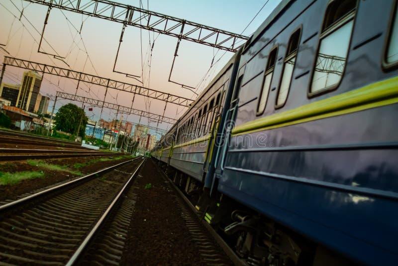 Железная дорога Киева во время захода солнца стоковое изображение