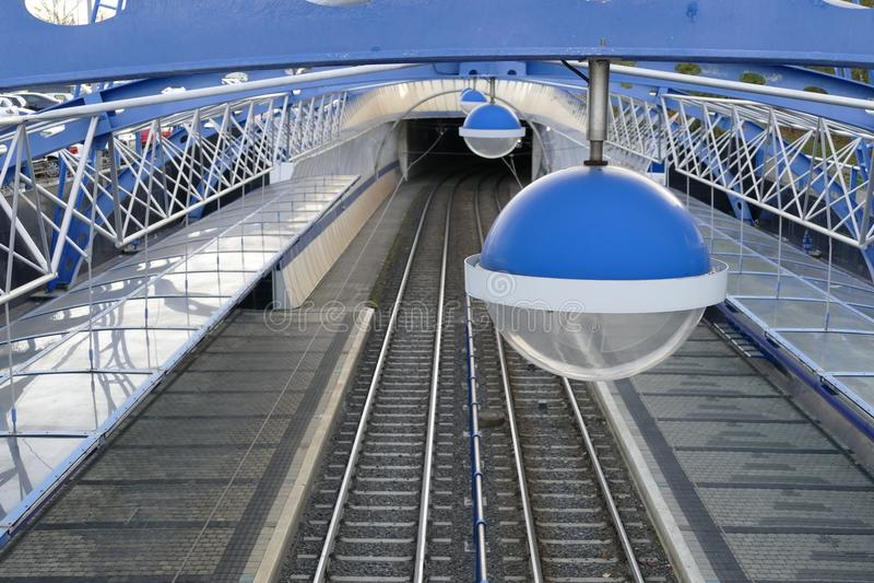 Железная дорога трамвая с круглой лампой стоковые изображения rf