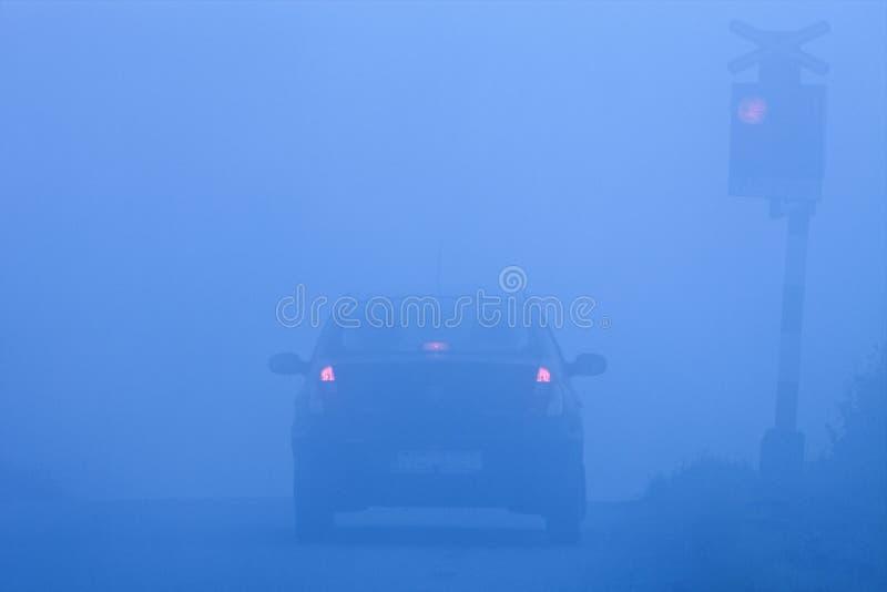 железная дорога тумана скрещивания стоковая фотография