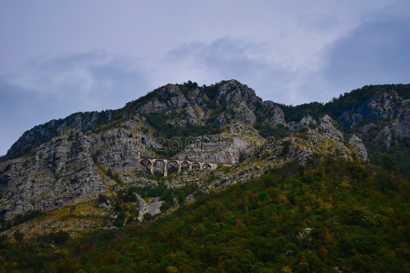 Железная дорога Черногории на холме стоковые изображения