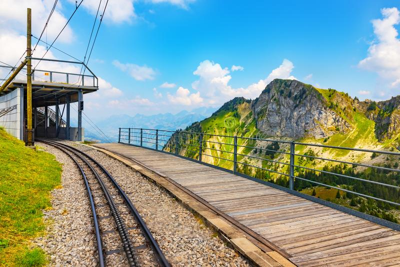 Железная дорога Cogwhell к Rochers de Naye, Швейцарии стоковые изображения rf