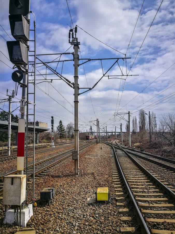 Железнодорожная инфраструктура линий в Плоешти, Румынии электропитан стоковые фото