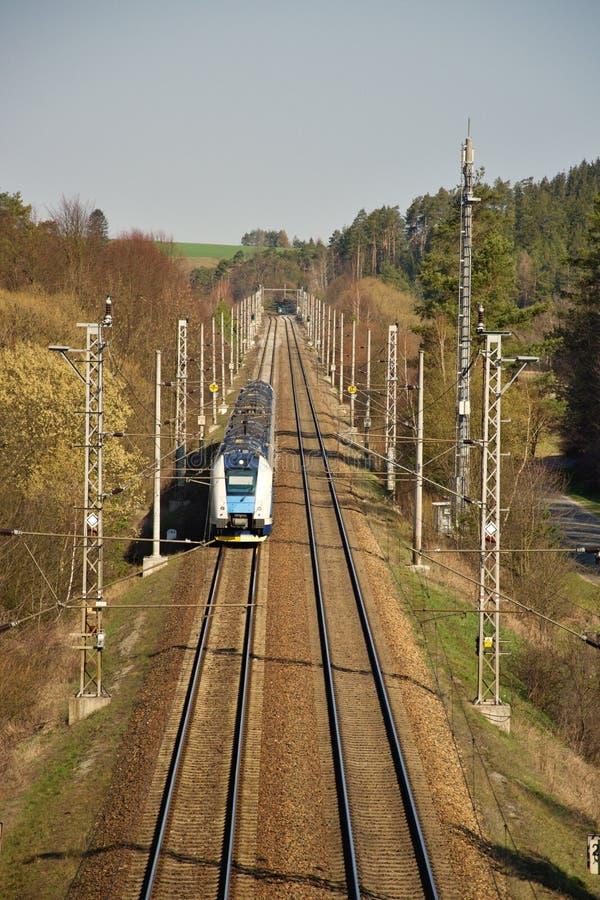 Железнодорожная линия электротяги двойного следа Железнодорожная инфраструктура солнечная погода стоковые изображения