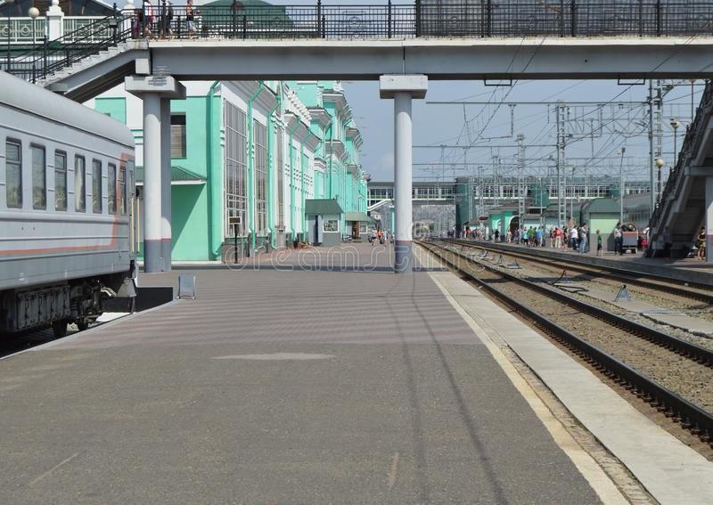 Железнодорожная станци-платформа, рельсы, станция Омск, Россия, западный Сибирь, 29-ое июля 2018 стоковое изображение