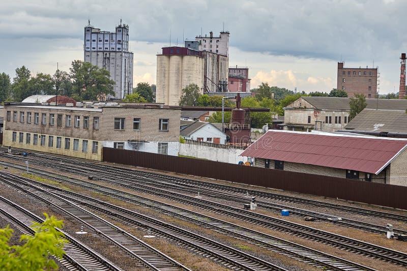 Железнодорожные пути и зернохранилища, Витебск, Беларусь стоковые фото