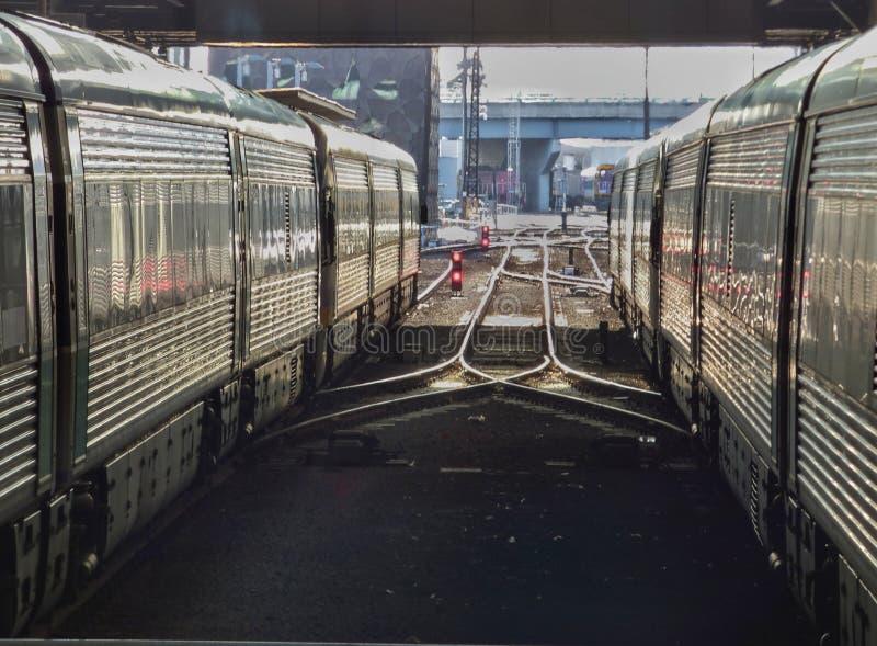 Железнодорожные экипажи и следы отражая солнце после полудня стоковые изображения