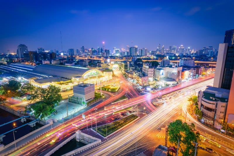 Железнодорожный вокзал Hua Lamphong Бангкока с светами автомобилей на tw стоковая фотография rf