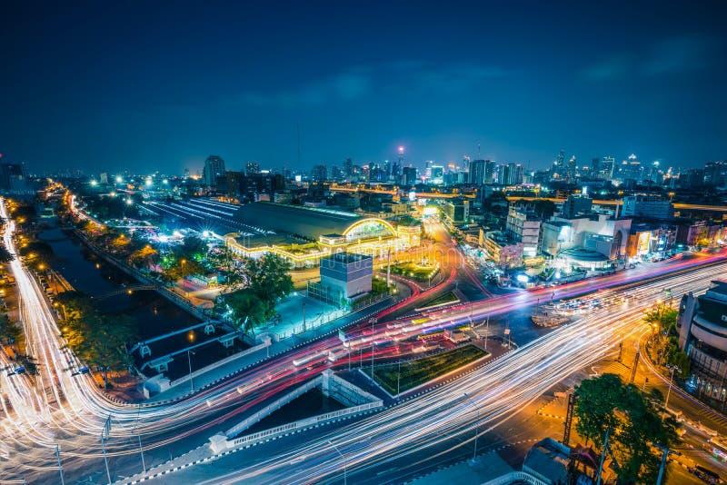 Железнодорожный вокзал Hua Lamphong Бангкока с светами автомобилей на tw стоковая фотография