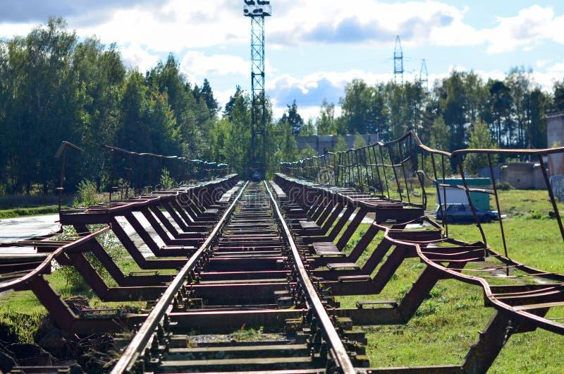 Железнодорожный ландшафт Старые несенные железнодорожные пути стоковые изображения rf